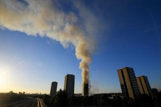 La columna de humo que sale de la Torre Grenfell