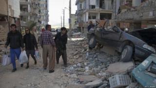 ईरान-इराक़ भूकंप में टूटी सड़क इमारत