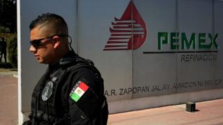 Policía frente a oficina de Pemex