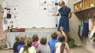 Professora Carri Hicks dando aula
