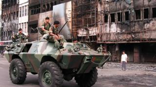 印尼军队在骚乱后巡视雅加达街道