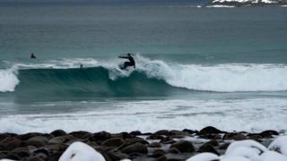 Сёрфер катается по волнам