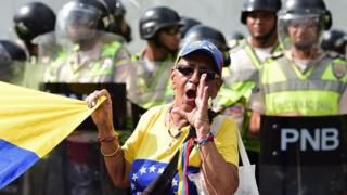 Una señora opositora al gobierno de Maduro en Venezuela protesta