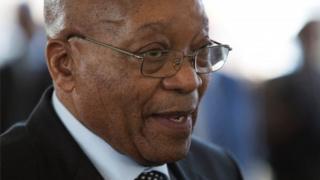 Prezida Jacob Zuma ari mu yabira inyuma yaho yirukaniye umushikiranganji w'ikigega Pravin Gordhan mu kwezi kwa gatatu