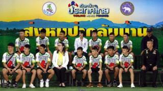 Dua belas anak dan asisten pelatih Ekapol Chantawong (depan kiri) muncul di depan umum untuk pertama kalinya.