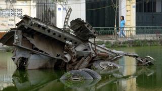Một xác máy bay B-52 của Mỹ bị bắn rơi tại Hà Nội năm 1972.