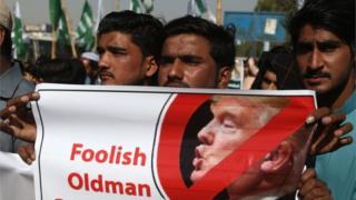"""معترضان در پاکستان آقای ترامپ را """"نادان در صحنه روابط بینالملل"""" خواندند"""