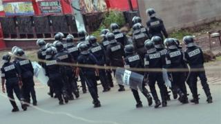 Polisi wakiwakabili waandamanaji