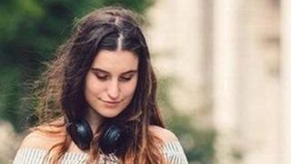 લેપટોપ પર કામ કરતી યુવતીની પ્રતીકાત્મક તસવીર