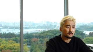 """""""한국에서 코미디를 할 때 장점은 나쁘고 못되고 멍청하고 재미있는 정치인이 많다는 점 같아요."""""""