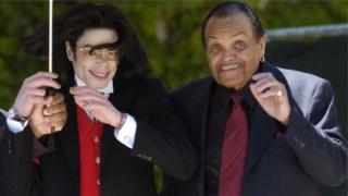 Joe Jackson, hano ugaragara ari kumwe n'umuhungu we Michael, yari amaze igihe mu bitaro arwaye kanseri y'impindura