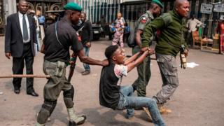 Soldiers dey drag young man for floor