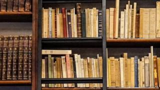 Полиці з книжками в бібліотеці
