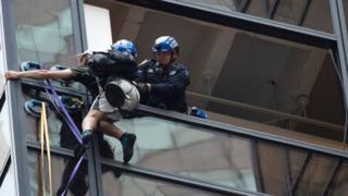 Задержание мужчины, забиравшегося на Trump Tower