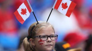 戴加拿大国旗头饰的女孩