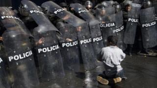 Disabled protester clashes with police in La Paz