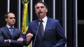 Jair Bolsonaro (a frente, dir.) e Eduardo Bolsonaro (esq. atrás)
