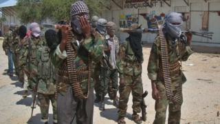 Al-Shabab iracigaruriye uduce twinshi twa hagati n'ubumanuko bwa Somalia naho iguma igabwako ibitero n'abasirikare ba Amerika