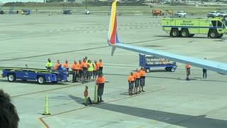 Linh cữu cựu binh Col Knight được đưa ra khỏi máy bay ở Dallas