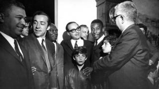 Tostão, Maluf e Pelé em cerimônia de entrega de Fuscas