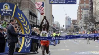 Geofrey Kirui wa Kenya akishinda mbio za Boston marathon upande wa wanaume
