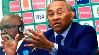 Le président de la Confédération Africaine de Football (CAF) Ahmad Ahmad Ahmad annonçant que la Coupe d'Afrique des Nations (CAN) 2019 se tiendra en Egypte.