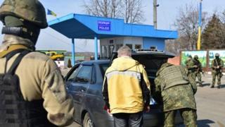 Поліцейскі перевіряють транспорт на блокпосту