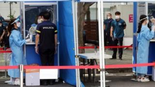 La policía se somete a pruebas de virus en Seúl, Corea del Sur