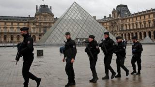 ทหารรักษาความปลอดภัยที่พิพิธภัณฑ์ลูฟวร์