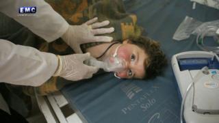 طفلة تتلقى العلاج في خان شيخون