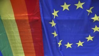 Флаг ЕС и радужный флаг
