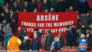 Mashabiki wa Arsenal wabeba bango la kumtaka Arsene Wenger kuondoka