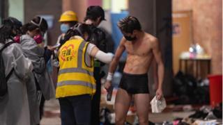 Chăm sóc y tế cho một sinh viên biểu tình ở Hong Kong hôm 18/11/2019