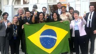 Maha Mamo celebra recebimento da cidadania brasileira em Genebra, na Suíça