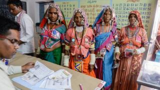 전통의상을 입고 투표소를 찾은 람바디 부족 여성들