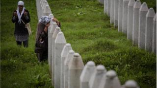 Rodbina žrtava u Potočarima