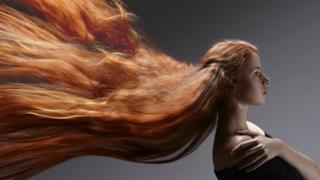 Mujer con el cabello largo