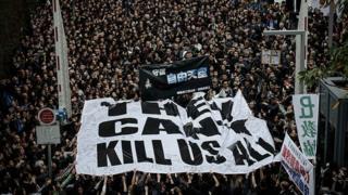 """Người biểu tình ủng hộ tự do báo chí ở Hong Kong với khẩu hiệu """"They can't kill us all"""" năm 2014."""
