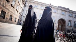 Danimarka'da peçeli iki kadın
