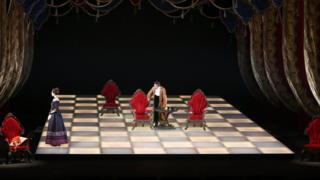 Шахматная доска в качестве театральной декорации