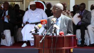 Devant les micros, Lamin Sise, le président de la Commission vérité, réconciliation et réparation, le 15 octobre 2018, à Kotu, près de la capitale gambienne.