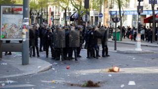 巴黎悼念劉少堯集會現場附近一群防暴警察被扔花盤(2/4/2017)