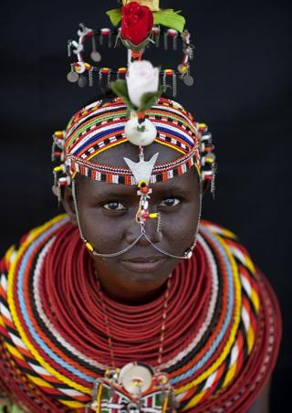 Kenya'da yarı göçebe Rendilli bir genç kız ve başlığı
