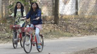 ঢাকার রাস্তায় একা সাইকেল চালানোতে স্বচ্ছন্দ্য বোধ করেন না অনেক নারীই