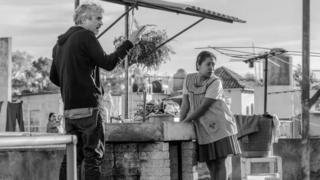 مشهد من جلسة تصوير فيلم روما يجمع المخرج والبطلة