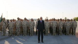 الرئيس التركي في قاعدة عسكرية في الدوحة في نوفمبر/تشرين الثاني 2017
