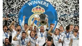 Awọn agbabọọlu real Madrid n yọ pelu ife wọn