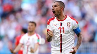 Kolarov lo grita con todo, su gol número 11 con la camiseta de Serbia