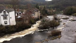 Afon Dyfrdwy yn Llangollen