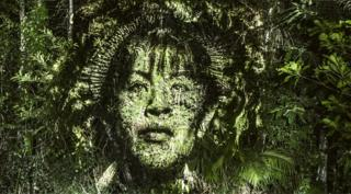Лицо женщины, спроецированное лес в Бразилии